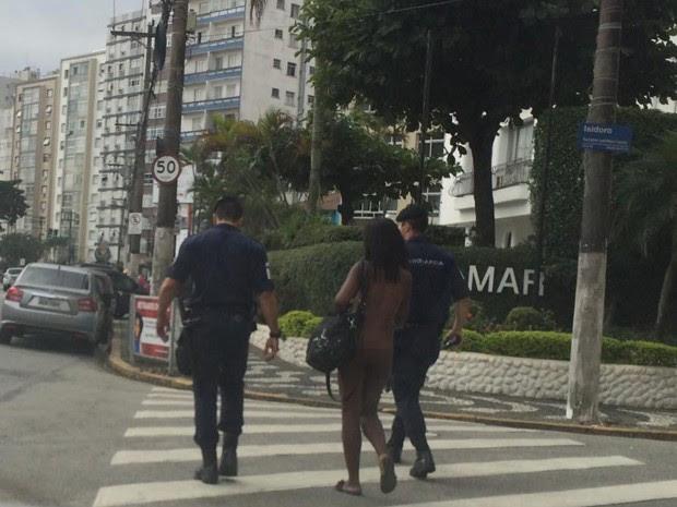 Mulher foi levada por Guardas Municipais até o 1° DP de Santos (Foto: Celina Rodrigues / Arquivo Pessoal)