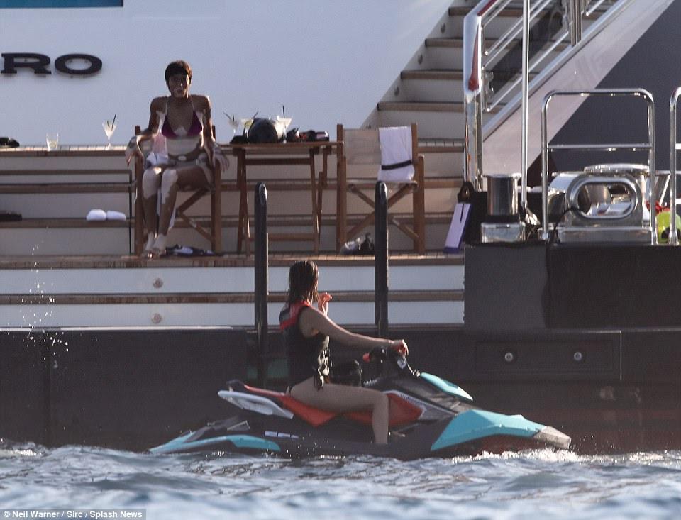 Batendo nas ondas: Bella conversou com Winnie enquanto ela se preparava para correr em torno do iate