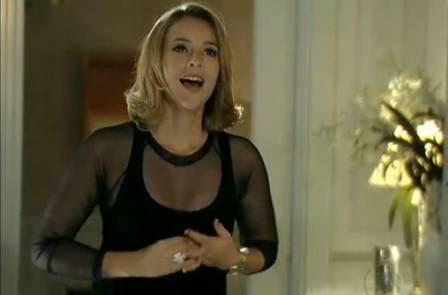 A personagem de Paola Oliveira na novela das nove usa blusa transparente, tendência do verão