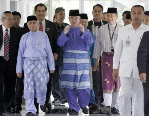 Dalam mesyuarat Majlis Tertinggi UMNO 18 September 2008, Abdullah lunyai kena bedal beberapa ahli MT pasal peralihan kuasa. Katanya, dia sampai menitiskan air mata. Lepas tu dia pun buat kenyataan yang membayangkan dia akan mempercepatkan proses peralihan kuasa itu.