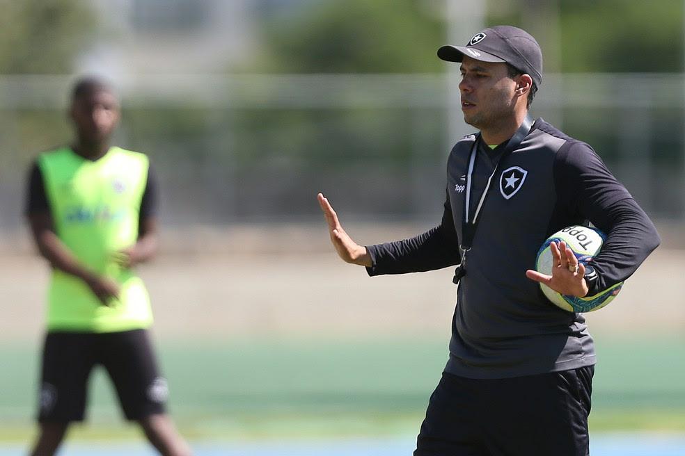Jair durante o treino do  Botafogo (Foto: Vitor Silva/SSPress/Botafogo)