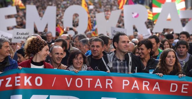 El líder de Bildu, Arnaldo Otegi, en la cabeza de la manifestación en Bilbao organizada por Gure Esku Dago, a favor del derecho a decidir. REUTERS/Vincent West