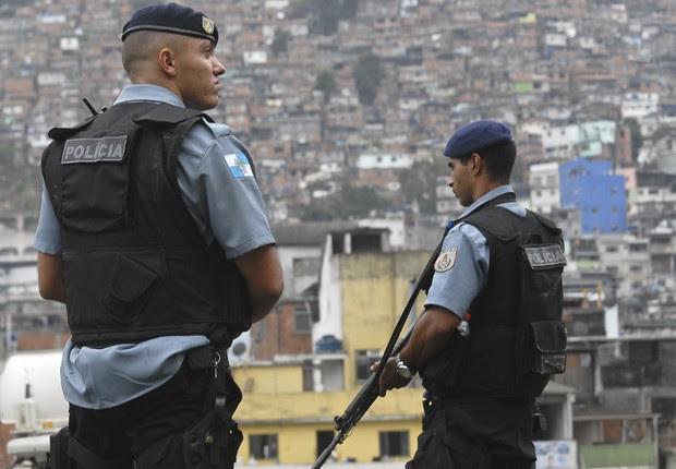 Policiais armados são vistos em UPP instalada no Morro dos Macacos, no Rio de Janeiro (Foto: Marcello Casal Jr/Agência Brasil)