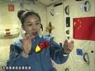 Com pêndulos, giroscópios e gotas d'água flutuando no ar, Wang mostrou às crianças vários fenômenos que ocorrem com a ausência de gravidade Foto: AP
