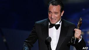 """Jean Dujardin con el Oscar por """"El Artista"""""""