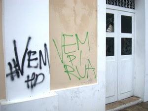 Nome do protesto foi pichado nas paredes da Prefeitura (Foto: Teresa Dias/G1)