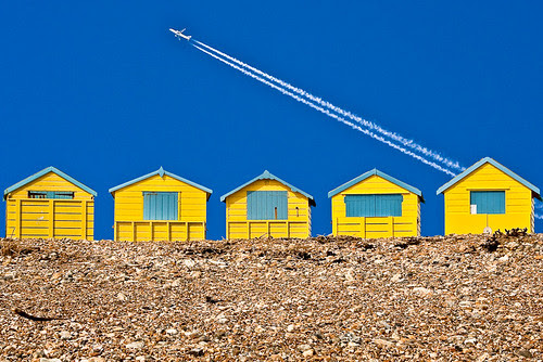 beach huts and plane por iFovea