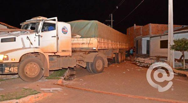 Bêbado, motorista perde controle de carreta e invade duas residências; uma pessoa ficou ferida