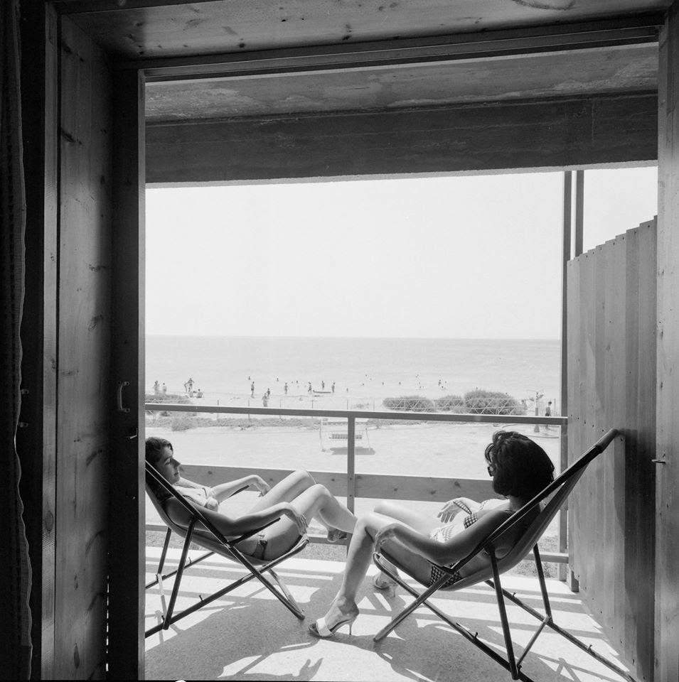 Στιγμές χαλάρωσης στον «Αστέρα» Βουλιαγμένης το 1961