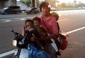 Empat-beranak bermotosikal balik kampung, netizen hulur bantuan