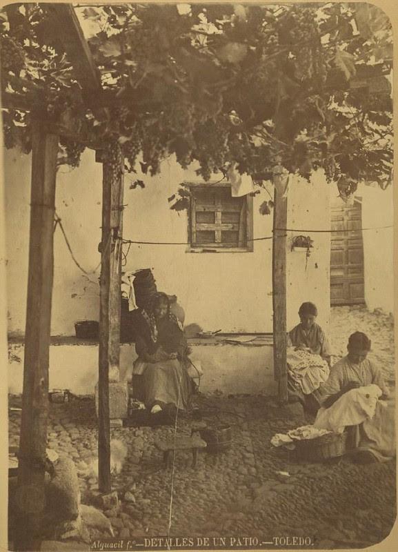 Un patio de Toledo hacia 1875. Fotografía de Casiano Alguacil © Museo del Traje. Centro de Investigación del Patrimonio Etnológico. Ministerio de Educación, Cultura y Deporte