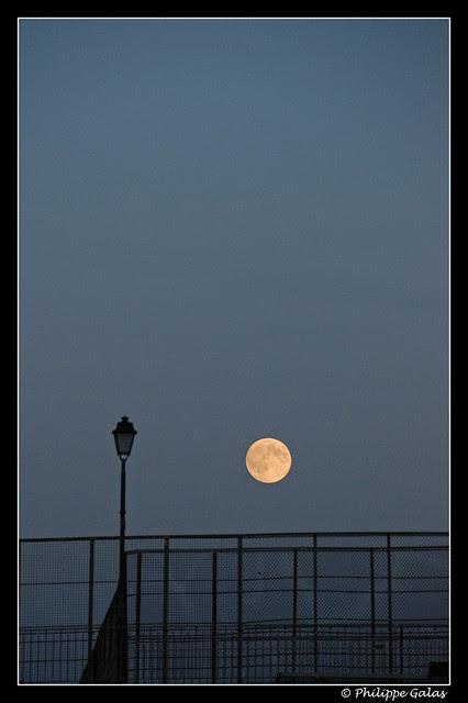 La lune et le reverbère