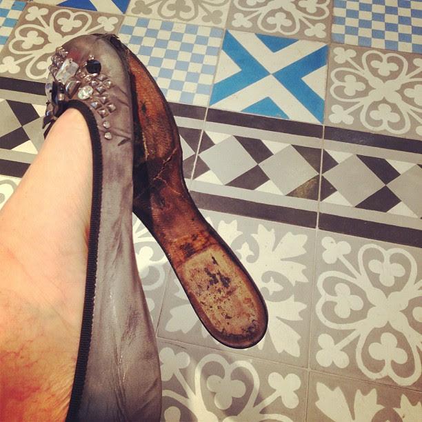 Resultado de deixar o sapato molhado sobre o aquecedor a noite toda...
