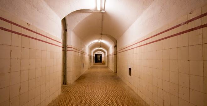 Vista del pasillo central, de 34 metros, que conecta las diferentes estancias del búnker.-  CHRISTIAN GONZÁLEZ
