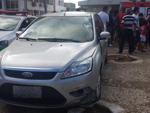 Carro ficcou danificado com o acidente (Foto: Luana Bernardes/TV Grande Rio)