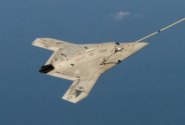 De la Marina estadounidense X-47B, AV-2, Oficina # 168 064, de la prueba del aire y Evaluación Escuadrón Dos Tres (VX-23) completar con éxito aire-aire reaprovisionamiento (AUC) con el Buque Tanque K-707 Omega sobre la Bahía de Chesapeake en 22 de abril de 2015. VX-23 es parte de la prueba Naval Ala Atla