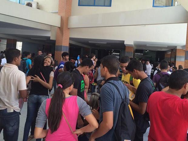 Candidatos aguardam início das provas em faculdade na Zona Sul de Natal (Foto: Felipe Gibson/G1)