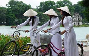 http://www.rfa.org/vietnamese/programs/MusicForWeekend/Music-for-the-weekend-Sweet-memories-of-the-school-years-ThyNga-09142010205208.html/aodai305.jpg