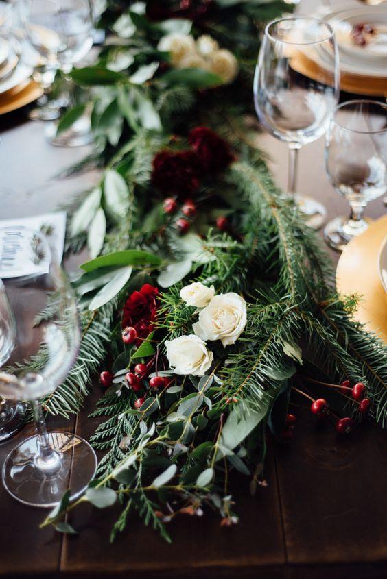 laub, Immergrün, weiße Rosen und die winterberry Tischläufer machen Ihren Raum gemütlicher