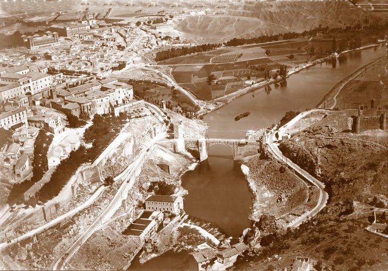 Vista aérea de Toledo con la Escuela Normal de Magisterio aún en pie