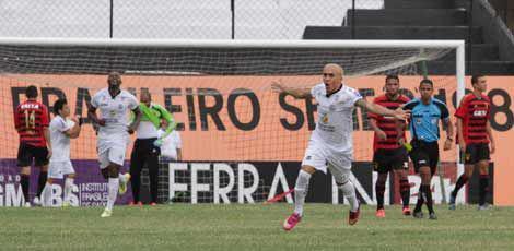 Madona festeja gol que deu o 1x0 ao Central sobre o Sport, no Lacerdão / Fernando da Hora/JC Imagem