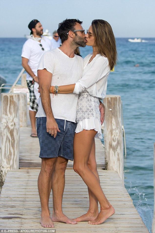 Smitten: Alessandra Ambrosio estava colocando uma exibição muito amorosa com seu noivo Jamie Mazur como eles holidayed em St Tropez na sexta-feira