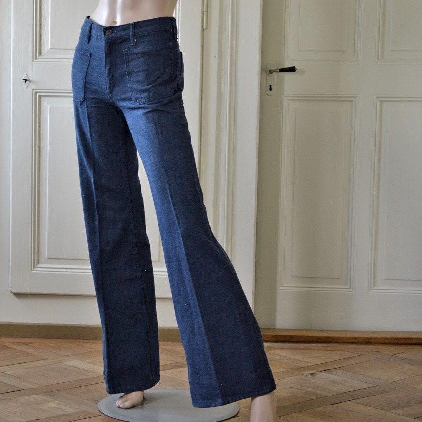 Smockin' hot flower child. 70's high waist pleated bell bottom dark denim hippie jeans OSNW S M - vintage
