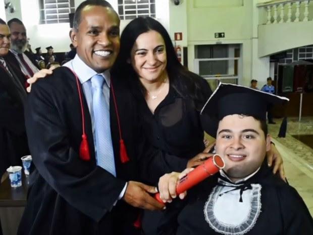 Jovem com paralisia cerebral se torna bacharel em Direito em Pouso Alegre (Foto: Reprodução EPTV)