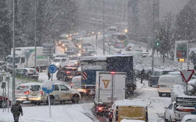 Los accesos a la variante de San Sebastián totalmente colapsados por una intensa nevada