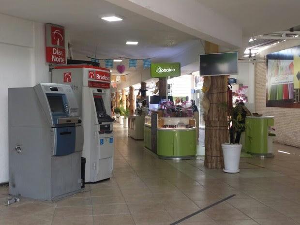 Caixa eletrônico do Banco do Brasil foi arrombado na Galeria Eco Center (Foto: Leciane Lima/ TV Grande Rio)