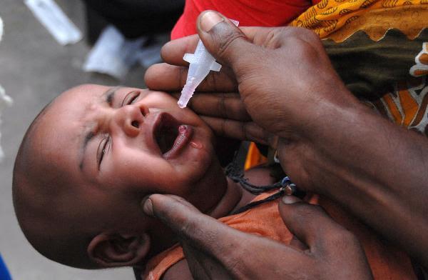 Un niño al ser vacunado contra la poliomielitis en Bangladesh ©BELGA/AGEFOTOSTOCK/M.Alam.