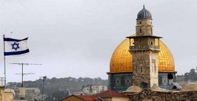 Una bandera israelí cerca de la Cúpula de la Roca, en la ciudad vieja de Jesusalén. REUTERS/Ammar Awad
