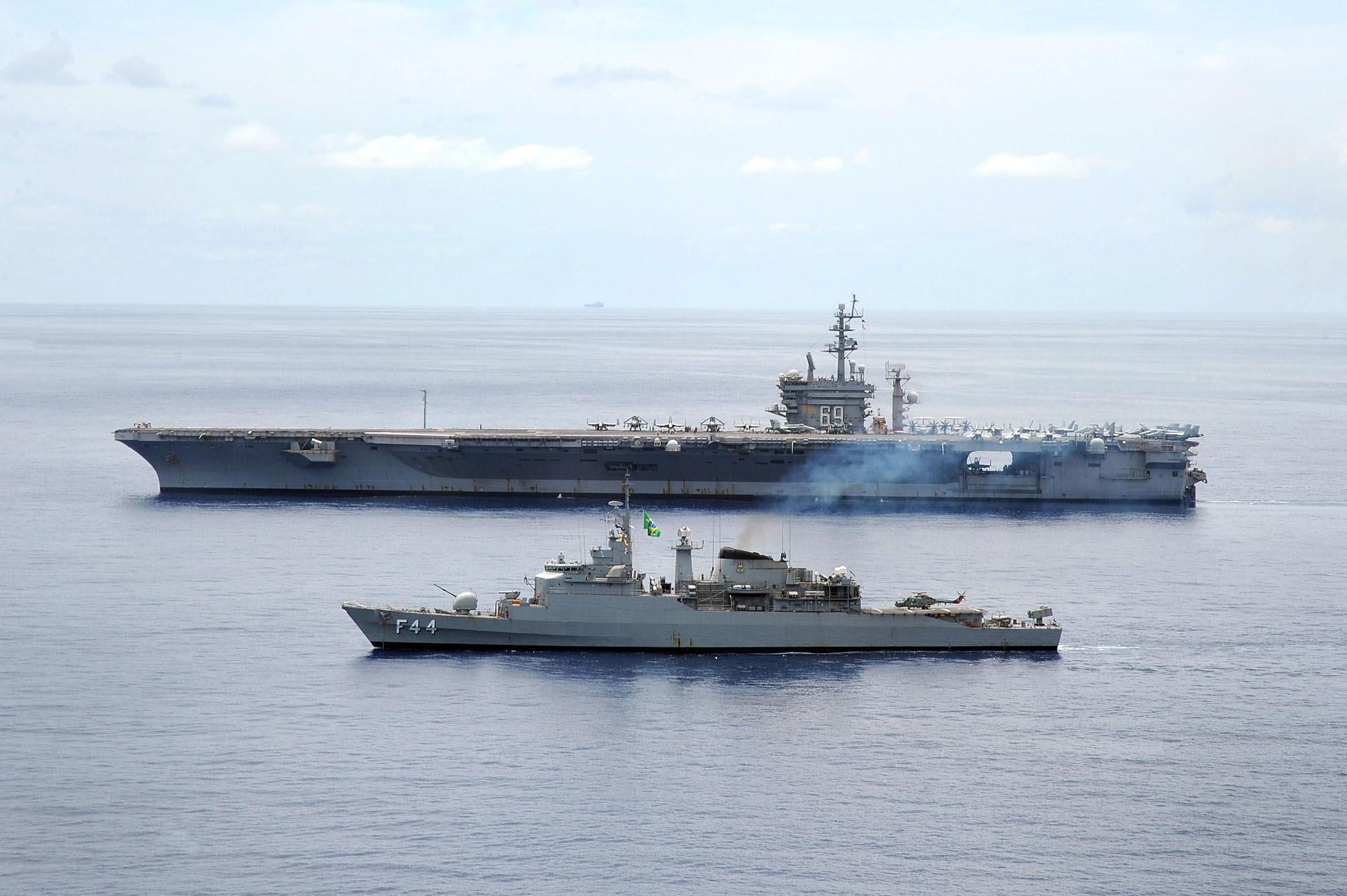 Fragata Independência (F44) operando com o porta-aviões USS Dwight D. Eisenhower (CVN 69) e seu Carrier Strike Group 8 no Atlântico Norte