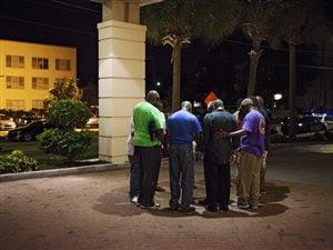 Des hommes forment un cercle de prière après une fusillade dans une église de Charleston, en Caroline du Sud.