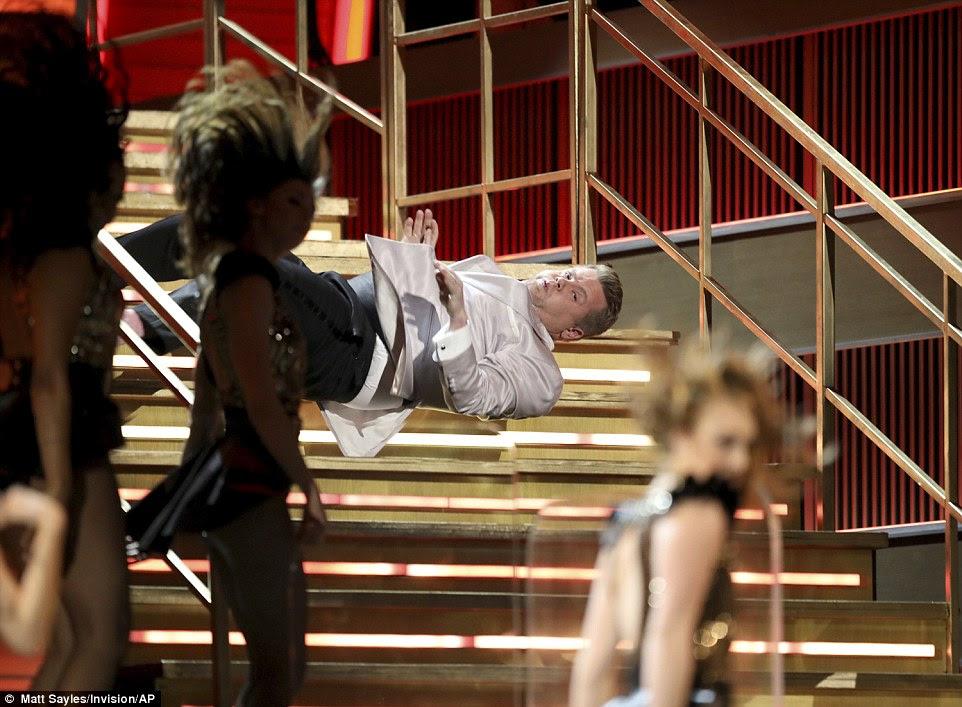 Ouch: Depois de cair em um buraco, ele rolou para baixo as escadas
