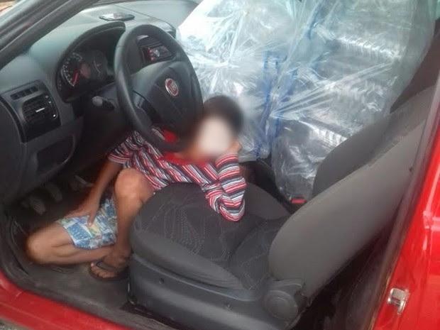 Criança foi encontrada nos pés do motorista em São Mamede, no Sertão da Paraíba (Foto: Carlos Gil/PRF)