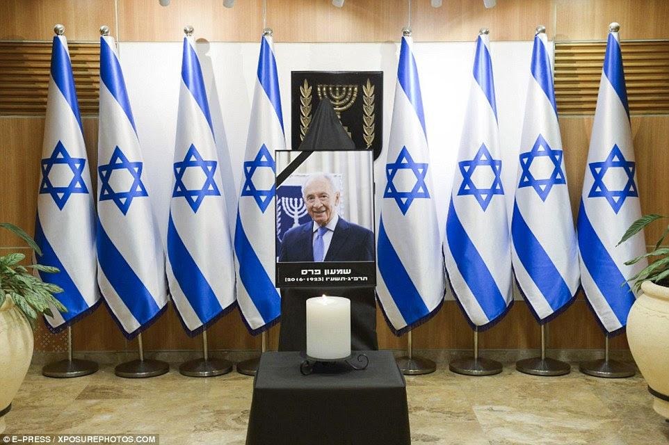 Milhares se reuniram para prestar suas homenagens como o ex-primeiro-ministro de Israel eo presidente Shimon Peres estava em estado de fora do Parlamento (foto)