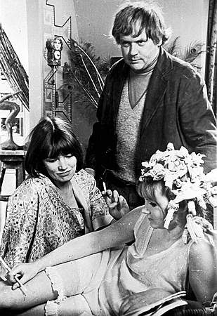 Ken Russell posa con Glenda Jackson y Jennie Linden en un receso de Women in Love (1969)