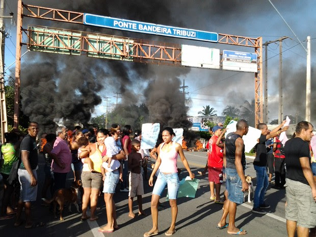 Manifestantes em protesto interditam Ponte Bandeira Tribuzzi (Foto: Jacelena Dourado/Imirante)
