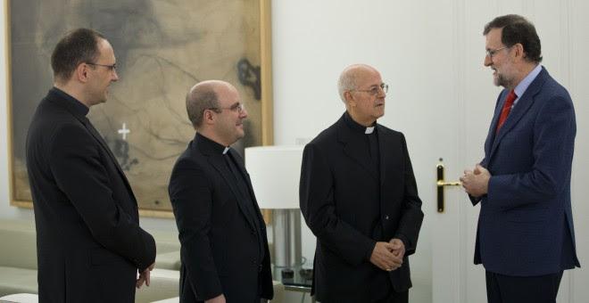 La cúpula de la Conferencia Episcopal, con su presidente, el arzobispo Ricardo Blázquez, a la cabeza, en una reunión con Mariano Rajoy en el Palacio de la Moncloa, el pasado marzo.