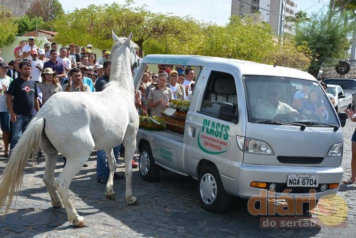 Resultado de imagem para cavalo se despede de dono morto em acidente e comove velário