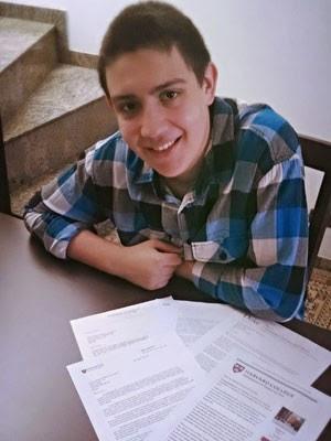 Víctor Domene, de 17 anos, com as cartas de aprovação das universidades norte-americanas (Foto: Arquivo pessoal)