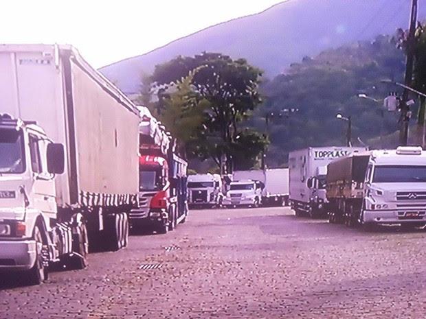 Caminhoneiros param na BR-040, em Petrópolis, mas não aderem movimento (Foto: Reprodução/InterTV)