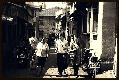 foreigners love bandra bazar road  for its old time charm by firoze shakir photographerno1