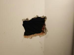 Bandidos entraram por um buraco na parede (Foto: PM/Divulgação)