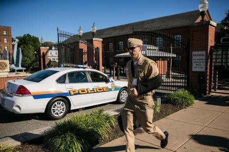 Un soldado abandona la sede central de la Marina en Washington. | D. Angerer
