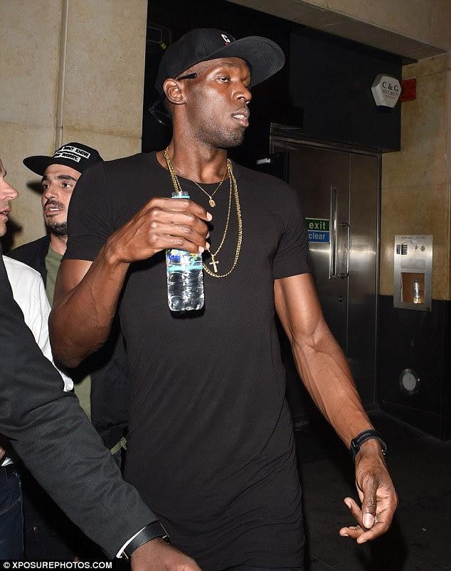Animal de partido: Usain Bolt passou a noite tragando tiros e champanhe de acordo com uma garçonete no Cirque le Soir que falou com MailOnline