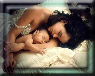 mãe e filho abraçados