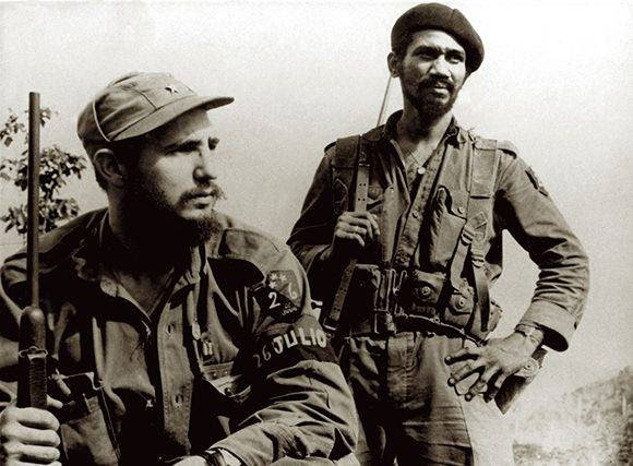 """En El Coco, Sierra Maestra, Fidel Castro y Juan Almeida Bosque, en octubre de 1957. Fuente: Libro """"La Victoria Estratégica""""/ Sitio Fidel Soldado de las Ideas."""