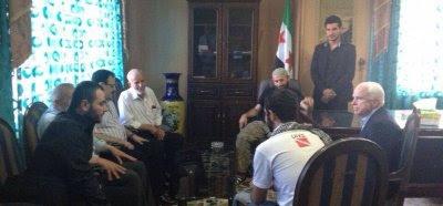 John McCain y el estado mayor del Ejército Sirio Libre. A la izquierda, en primer plano, el hombre con quien conversa el senador es Ibrahim al-Badri. El hombre con espejuelos es el general Salim Idriss.